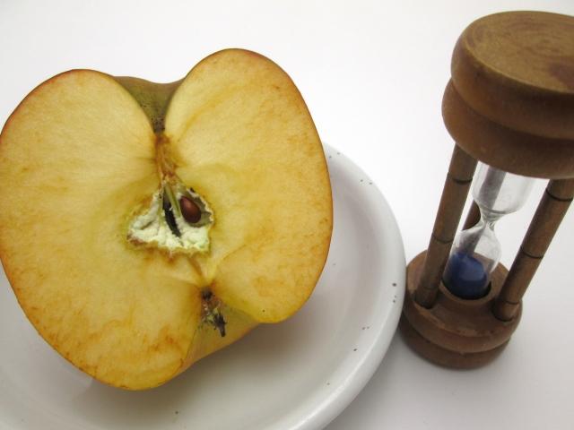 変色したリンゴ